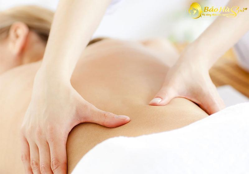 Mỗi ngày mẹ nên dành từ 15 đến 20 phút để massage nhẹ nhàng khắp vùng lưng sẽ cải thiện chứng đau lưng sau sinh hiệu quả