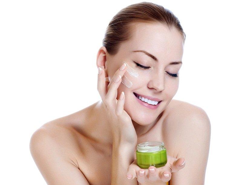 Mẹ bỉm sữa có nên sử dụng kem dưỡng da mặt sau sinh không?